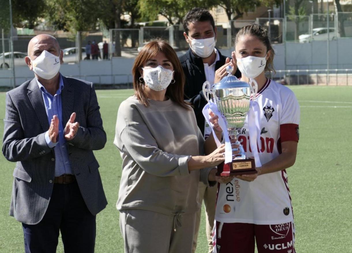 La directora general de Juventud y Deportes entregando la copa de campeonas del Trofeo JCCM