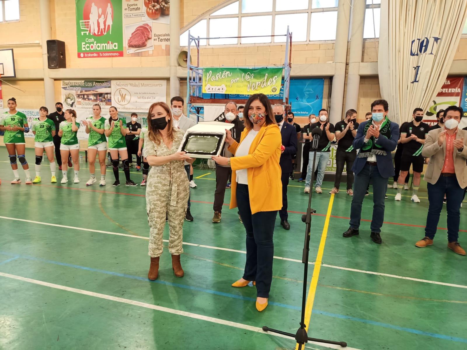 La Viceconsejera de Cultura y Deportes entregando la placa al mérito deportivo