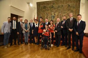recepción presidente CLM a karatekas campeones mundial