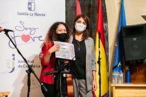 La directora general de Juventud y Deportes entrega los diplomas en el IV encuentro Canción de Autor