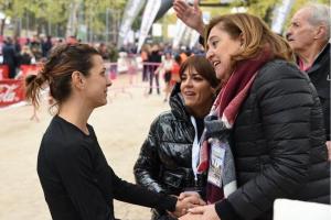 La consejera de Educación, Cultura y Deportes con la atleta Irene Sánchez Escribano