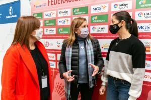 Carolina Marín charlando con la consejera y la directora general
