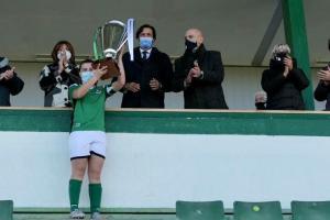 La directora general de Juventud y Deportes entregando el trofeo a las campeonas