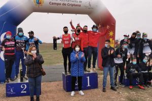 La directora general de Juventud y Deportes junto al alcalde de Campo de Criptana en la entrega de premios