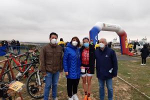 Noelia Pérez González junto a David Triguero y la atleta María Varo.