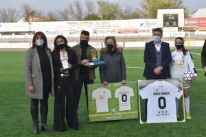 La familia de Pedro Granados con la directora general de Juventud y Deportes