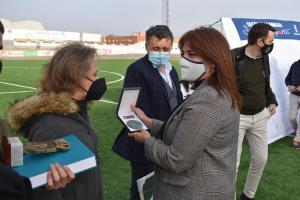 Noelia Pérez entregando la medalla de reconocimiento a la labor de Pedro Granados
