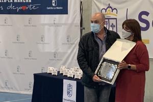 Noelia Pérez entregando la placa Mujer y Deporte al presidente del club Kiko Sánchez Bustos