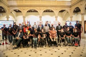 Foto de familia con los deportistas paralímpicos previo Tokio 2021