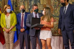 El presidente otorgando los premios a los clubes que ascienden de categoría