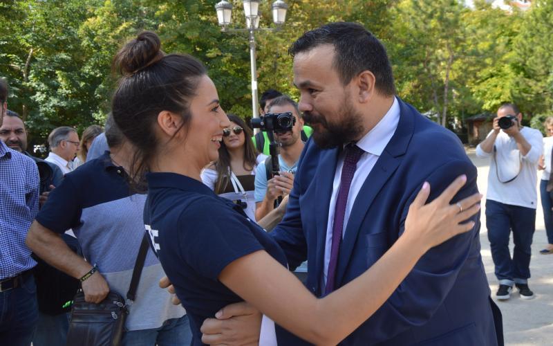 Juan Ramón Amores con Almudena Cid en la parada de la caravana de la SED en Cuenca