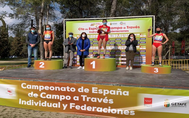 La directora general de Juventud y Deportes junto a las autoridades locales y federativas en la entrega de medallas