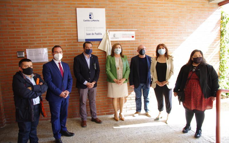 La consejera de Educación, Cultura y Deportes en la instalación de una placa a un centro escolar saludable