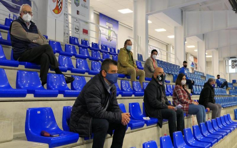 La viceconsejera de Cultura y Deportes durante el partido en el palco de autoridades