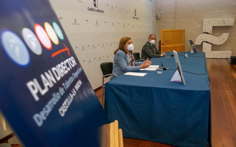 La consejera de Educación, Cultura y Deportes presentando el Plan junto al rector de la UCLM