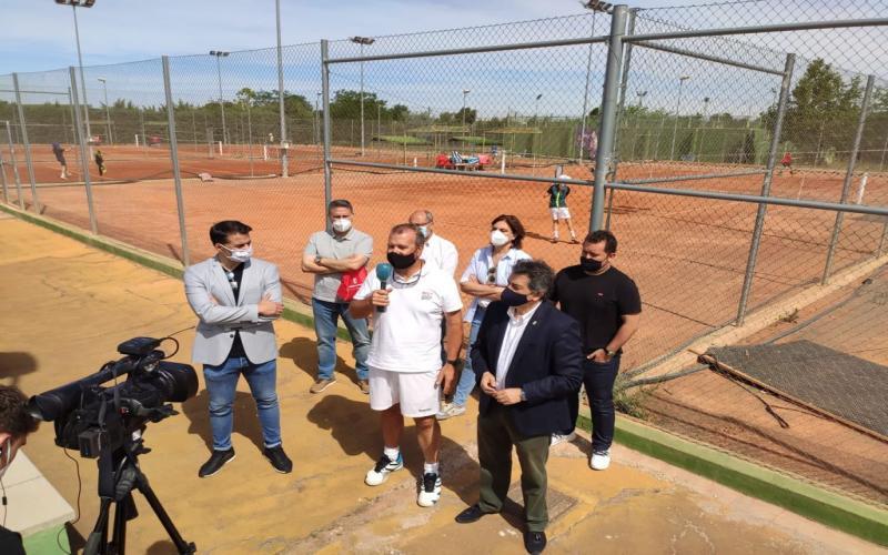 El director general junto a los directivos del club Daimiel de tenis, atendiendo a medios.